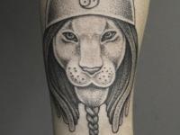Татуировка льва в шлеме на руке