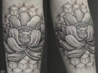 Абстрактная татуировка на руке цветка на стене выложенной из кубиков
