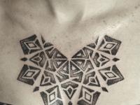 Татуировка узор на груди
