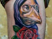 Татуировка маска на бедре