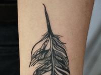 Татуировка перо на предплечье