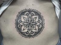 Татуировка цветок в солнце