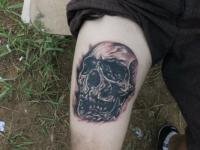Татуировка череп на бедре