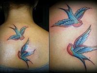 Татуировка птица на шее