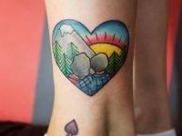Татуировка горы на щиколотке