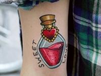 Татуировка сосуд на плече
