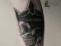 Татуировка череп в короне на руке