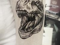 Татуировка динозавр на плече