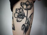 Татуировка цветок на плече