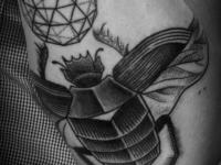 Татуировка жук на плече