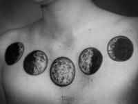 Татуировка фазы луны на груди