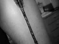 Татуировка стрела на бедре