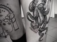 Татуировка осьминог на бедре