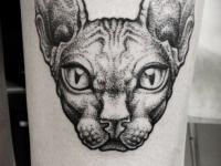 Татуировка кошка на бедре