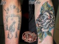 Татуировка череп в цветке на икре