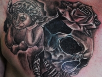 Татуировка ангел и череп на груди