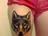 Татуировка волк на бедре