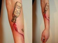 Татуировка бутылка на предплечье