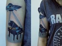 Татуировка нло на плече