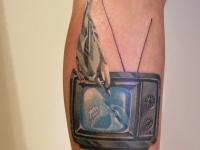 Татуировка телевизор на предплечье