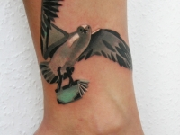 Татуировка птица на щиколотке