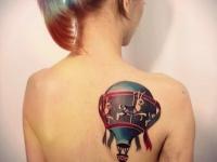 Татуировка воздушный шар на лопатке