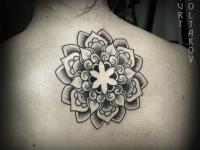 Татушка цветка на спине