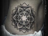 Татуировка многослойного цветка на боку
