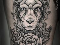 Татуировка головы льва возле цветка