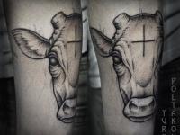 Тату головы коровы на руке