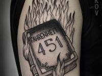 Тату книги горящей в огне на плече