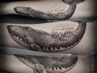 Татуировка кит с небольшими домами на спине