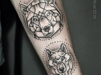 Татуировки головы медведя и волка из геометрических фигур на руке