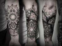 Татуировка цветы-узоры на руке