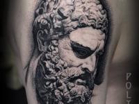 Татуировка скульптура на плече