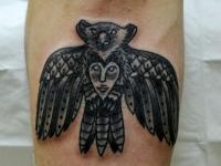 Татуировка птица-медведь на предплечье