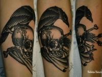 Татуировка ворон на черепе на предплечье