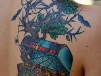 Татуировка сундук с драгоценностями на лопатке