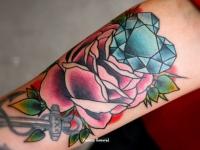 Татуировка роза с алмазом
