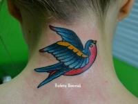 Татуировка ласточка на шее