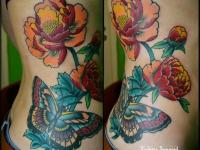 Татуировка бабочка с пионами на боку