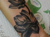 Татуировка лотос на предплечье