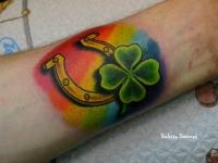 Татуировка подкова с радугой на предплечье