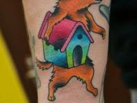 Татуировка собачка с будкой на предплечье