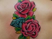 Татуировка две розы и бриллиант на спине