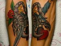 Татуировка скорпион, меч и сердце на руке