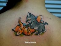 Разноцветная татуировка лисенка и волчонка на спине