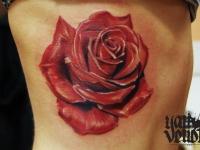 Тату красной розы на руке