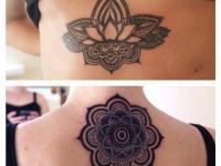 Красивый распустившийся цветок на татуировке