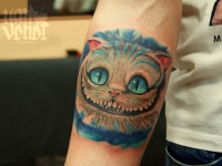 Татуировка широкой улыбки кота на руке